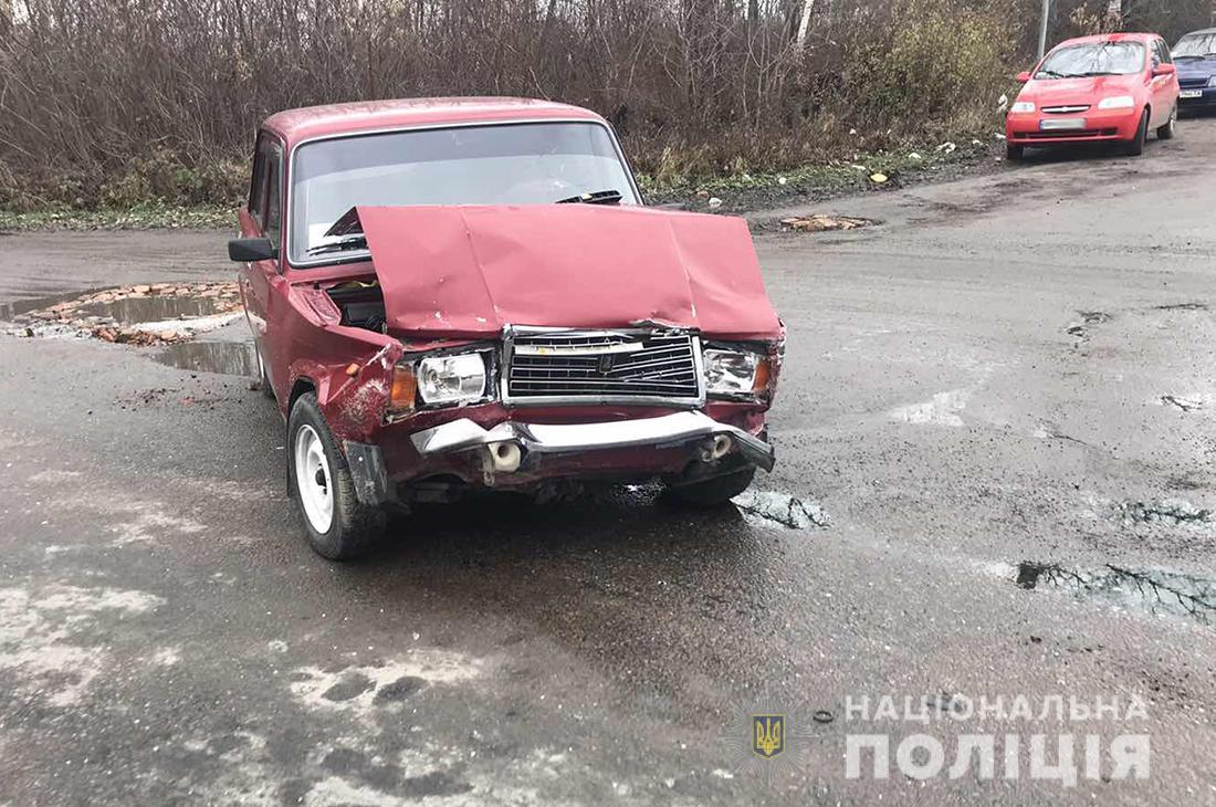 На Бердичівщині поліція встановлює обставини двох ДТП, у яких постраждали люди