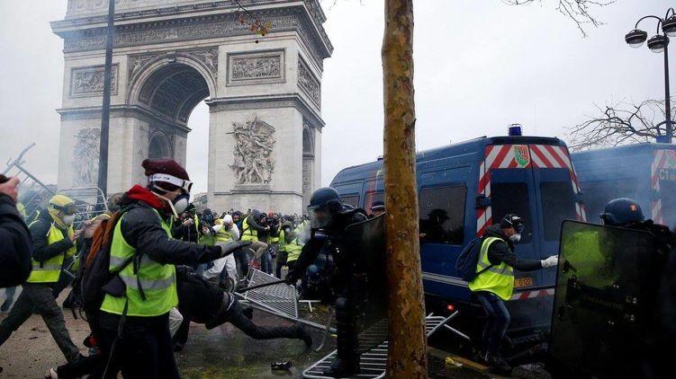 """""""Макрон должен взять пример с Януковича"""". Почему во Франции готовятся ввести режим чрезвычайного положения"""
